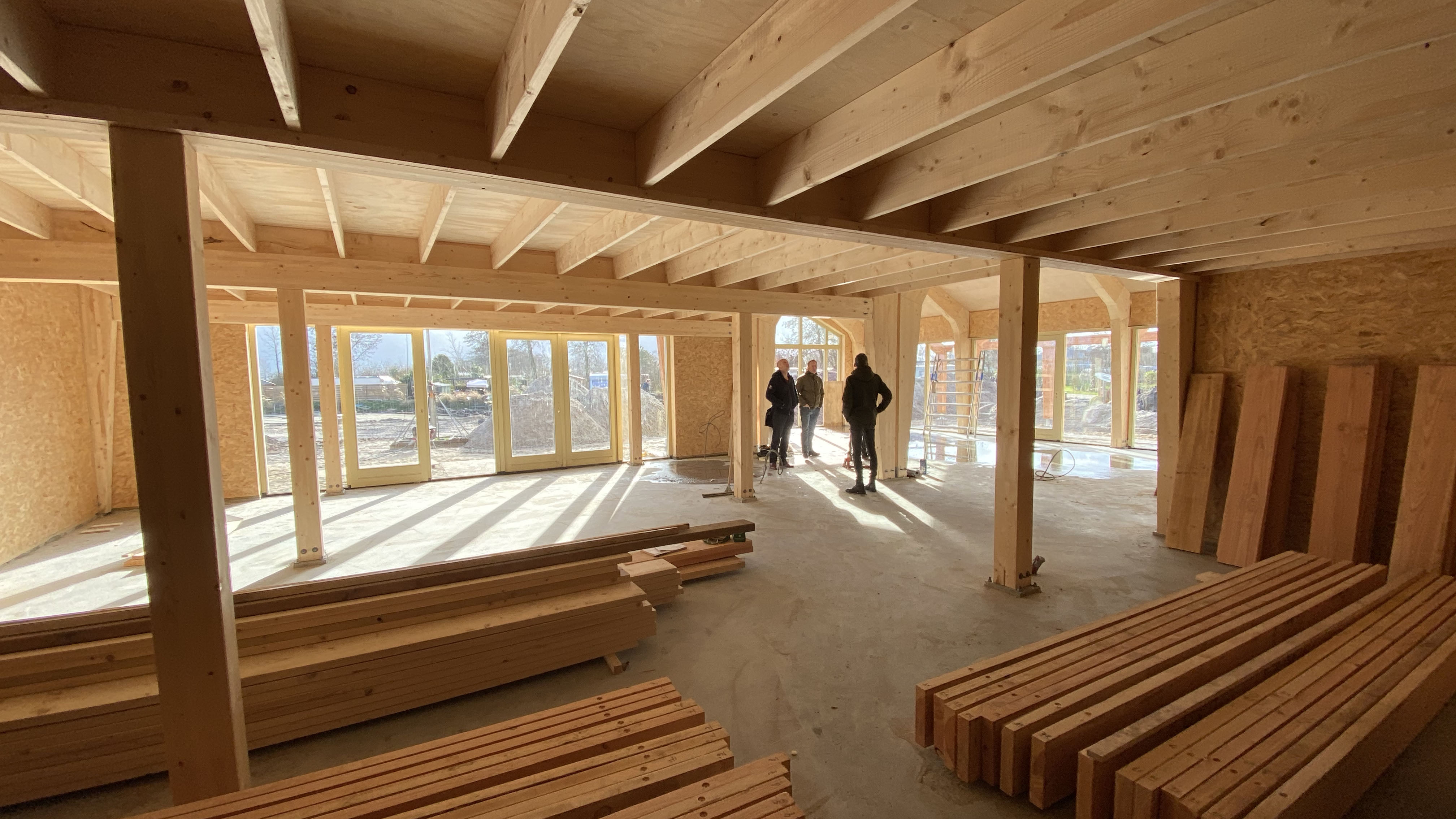 houtarchitect bezoekt projectlocatie